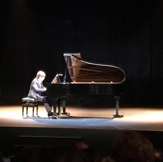 Mario Prisuelos al piano